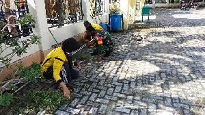 Sambut Ramadan, TNI dan Polri Bersama Masyarakat Gotong Royong Bersihkan Masjid