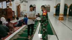 Putuskan Penyebaran Covid-19, Serda Ratuki Bagikan Masker bagi Jamaah Masjid