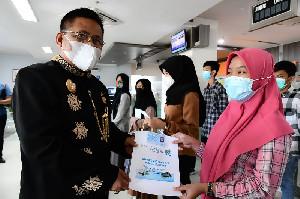 Peringati HUT Banda Aceh, Aminullah Bagikan e-KTP untuk Warga U-17