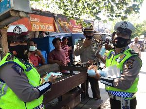 Ditlantas Polda Aceh Bagikan Masker Pada Penumpang L 300 di Lueng Bata