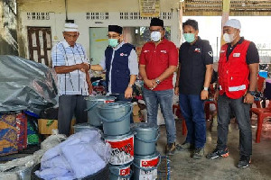 PMI Lhokseumawe Serahkan Bantuan Untuk Korban Kebakaran di Batuphat