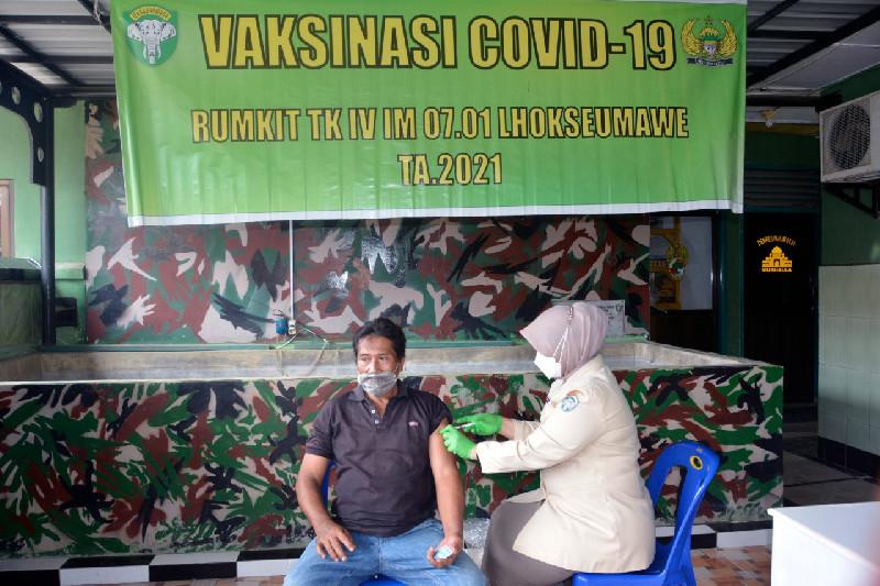 Ratusan Warakawuri dan Purnawirawan TNI AD Wilayah Korem 011/LW Divaksin Tahap I
