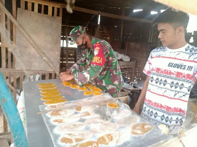 TNI Tingkatkan Silaturahmi Melalui Membantu Pengrajin Kerupuk