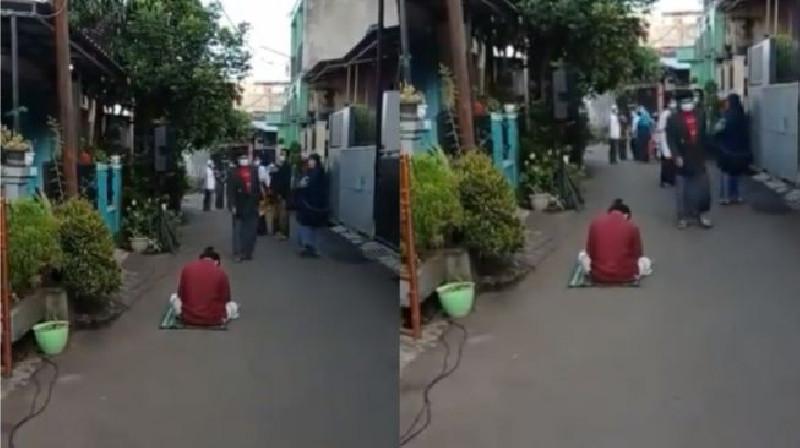 Pria Ketiduran di Jalan usai Salat Idul Fitri