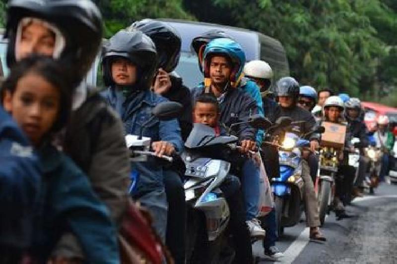Polisi Kalah Banyak, Ratusan Pemudik Motor Lolos di Karawang