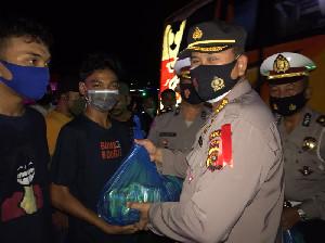 Dirlantas Polda Aceh Bagi Sembako untuk Supir Angkutan Umum di Terminal Batoh
