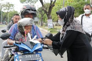 Meriahkan Ramadan, Dua SMKN di Banda Aceh Bagi-bagi Takjil