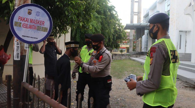 Polda Aceh Bagikan Masker untuk Warga yang Salat Ied