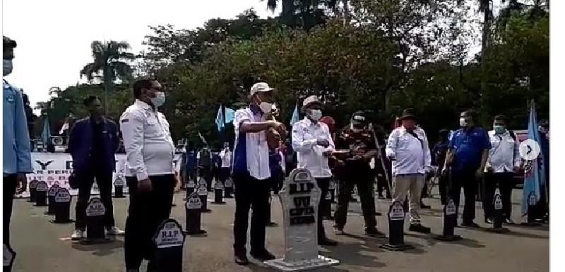 Tanda Hak yang Mati, Buruh Bawa Nisan Saat Peringatan May Day