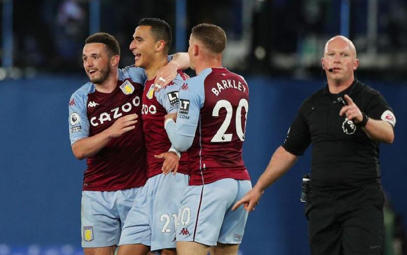 Aston Villa Kalahkan Everton 2-1 di Stadion Goodison Park