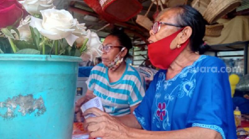 Kisah Piluh Penjual Bunga di TPU Karet Bivak Jelang Lebaran