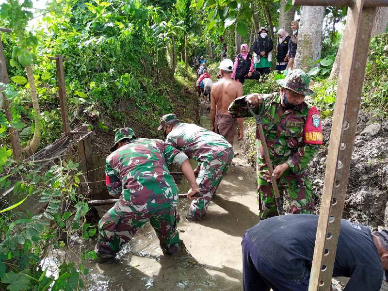 Musim Tanam Tiba, Petani Blang Bintang Bersama TNI Bersihkan Saluran Tersier