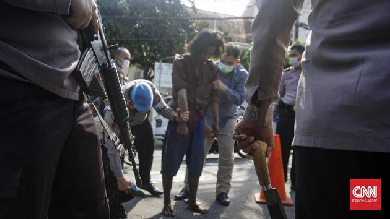 Diklaim Halusinasi, Seorang Pria Bergolok Ancam Mapolresta Yogyakarta