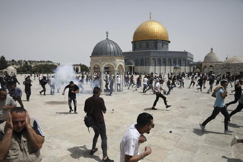 Israel Usir Warga Palestina yang Sedang Salat Zuhur