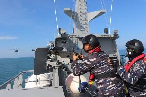 KRI Karotang-872  dan Pesawat P-8203 Latihan Perang di Perairan Lhokseumawe