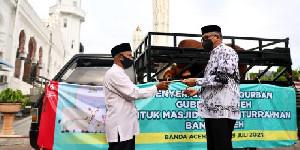 Gubernur Aceh Serahkan Sapi 700 Kg Untuk Kurban
