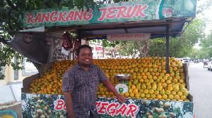Setiap Hari Jumat, Bang Black Bagi-Bagi 1 kg Jeruk Gratis Pada Pembeli
