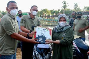 Tak Mau Kalah, Pemancing Wanita Sabet Hadiah Motor Beat di  Lomba Mancing Lilawangsa Produktif