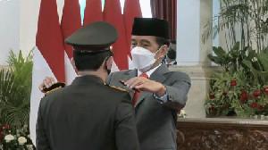 Jokowi Beri Bintang Kehormatan Untuk Tiga Polisi Terbaik Indonesia