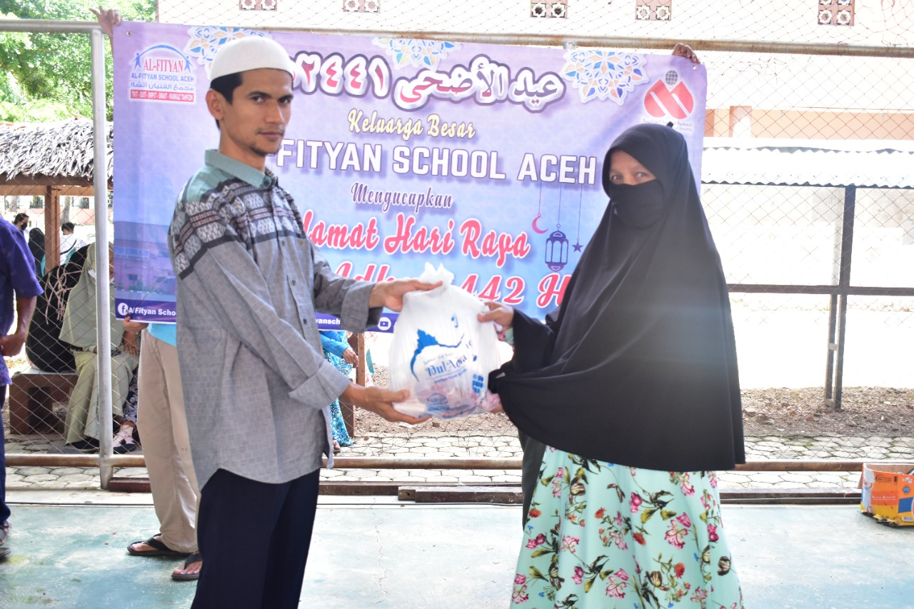 Al-Fityan School Aceh Salurkan Daging Qurban ke Warga Sekitar