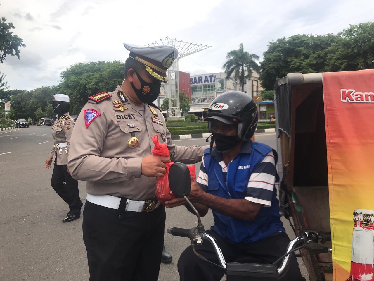 Ditlantas Polda Aceh Bagi Daging Qurban Untuk Abang Beca dan Penjual Sirih  di Masjid Baiturahman