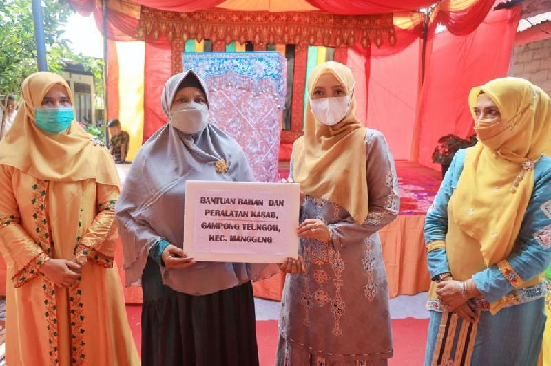 Ketua Dekranasda Aceh Berikan Bantuan Bahan Produksi untuk Perajin Sulam di Abdya