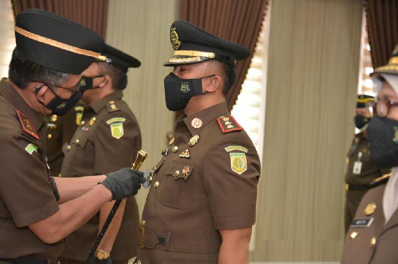 Kajati Aceh Melantik 4 Pejabat di Ruang Rapat Kejati Aceh