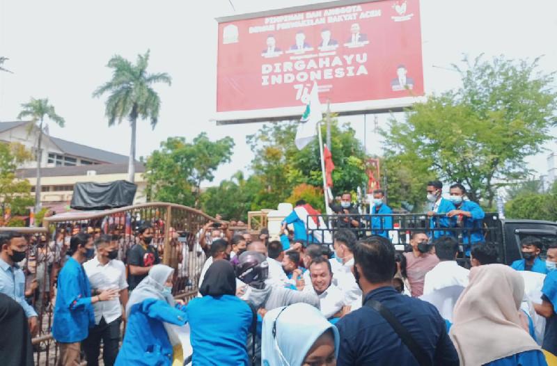 Unjuk Rasa Mahasiswa di DPRA Ricuh