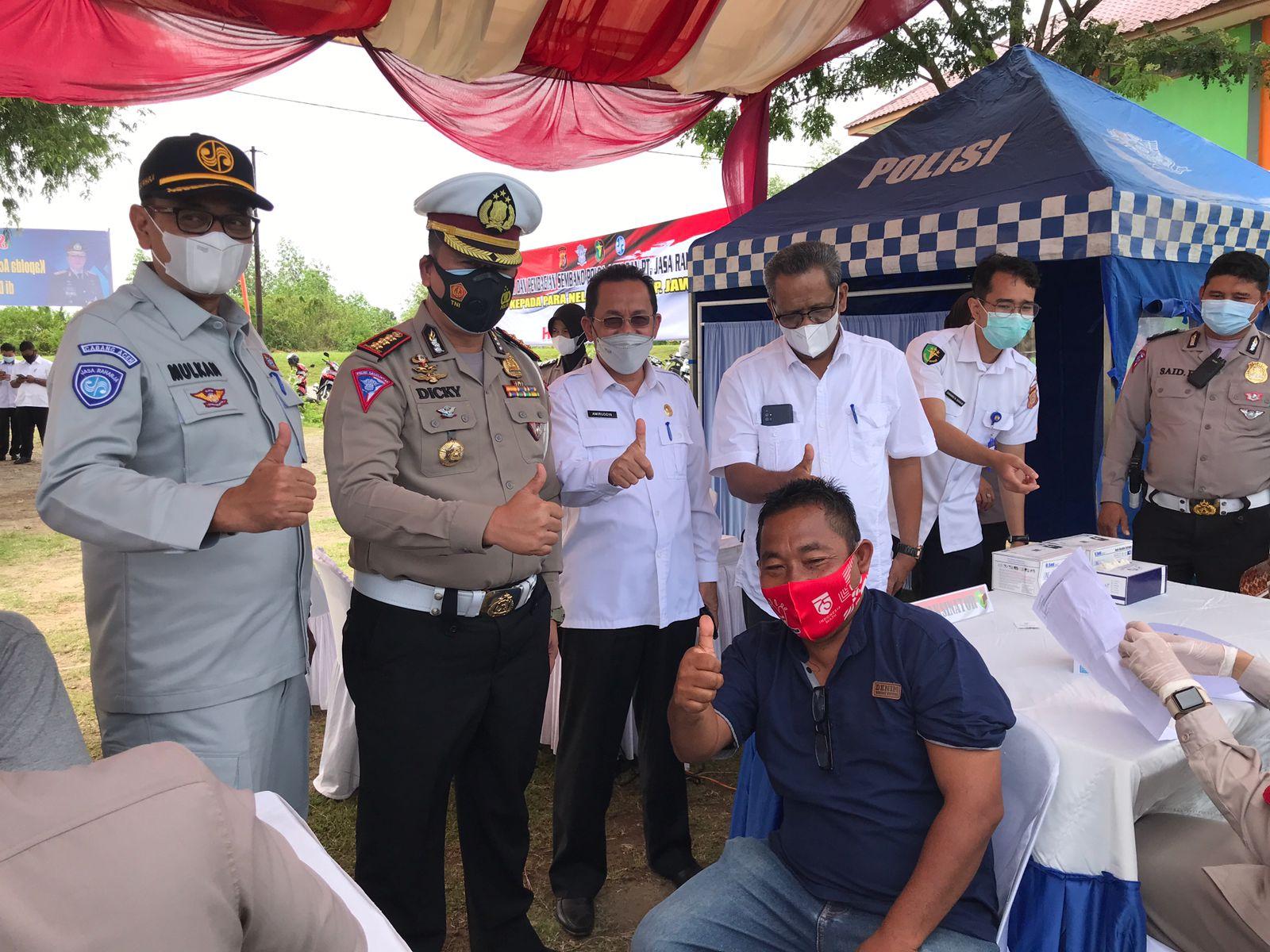Nelayan Kampoeng Jaya Divaksin dan Dapat Sembako