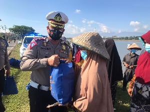 Giliran Ibu Pencari Tiram Dapat Bantuan Sembako Dirlantas Polda Aceh