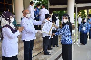 Penyerahan 864 SK Kenaikan Jabatan dan Pensiun, Berjalan Sesuai Prokes