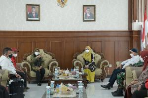 Sekda Aceh dan Ketua PKK Aceh Sambut Mensos Risma di Aceh