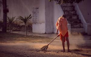 Kemiskinan Dipicu Akibat Menyapu Rumah Malam Hari, Mitos atau Fakta?