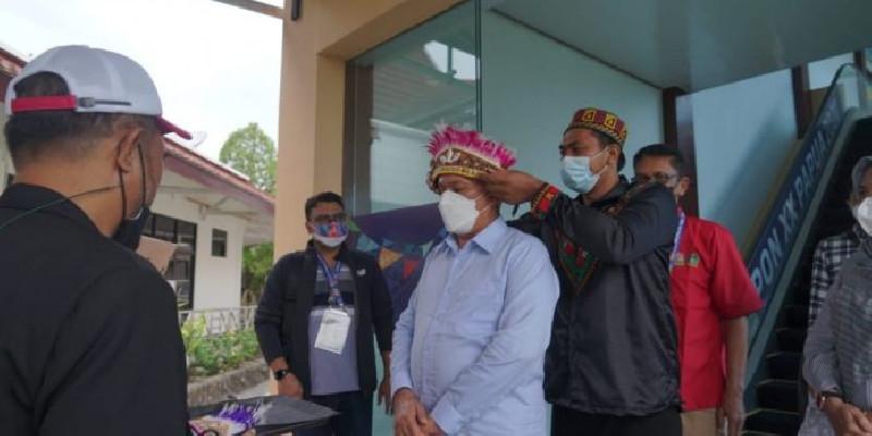 Sekda Aceh Tiba di Papua dan Disambut Dengan Topi Kehormatan