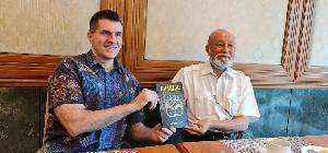 Bertemu Wali Nanggroe, Ken Conboy Hadiahkan Buku CHARLIE