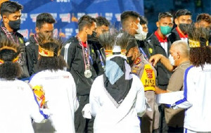 Sekda Aceh Kalungkan Medali Perak untuk Skuad Sepakbola Aceh