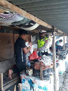 Giliran Penjual  Sirih dan Sol Sepatu Dapat Sembako Dirlantas Polda Aceh