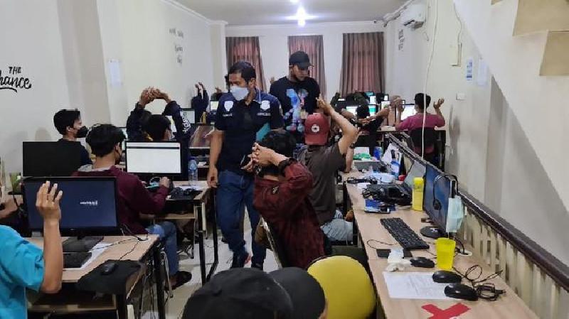 Polisi Gerebek Puluhan Penagih Pinjol Saat Sedang Lancarkan Aksinya